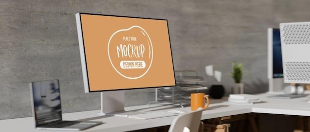 Vue latérale du bureau confortable avec maquette d'écran d'ordinateur