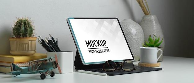 Vue latérale du bureau à domicile avec maquette de tablette