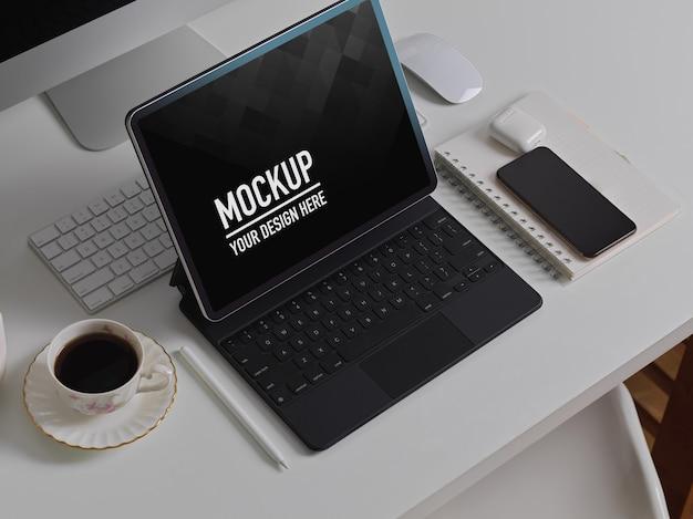 Vue latérale du bureau avec maquette de tablette