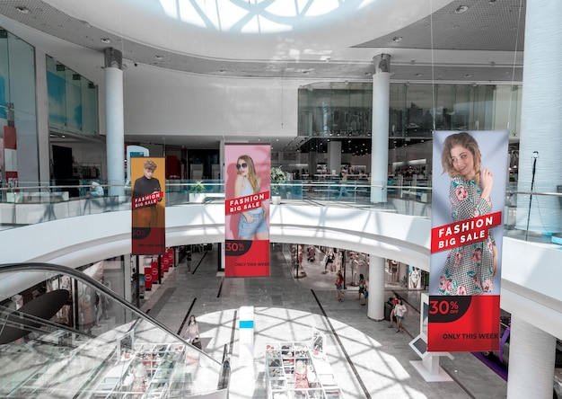 Vue panoramique des maquettes de panneaux publicitaires du centre commercial