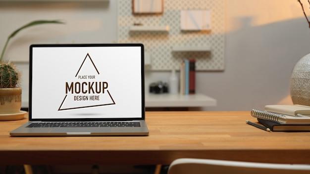Vue rapprochée du lieu de travail avec ordinateur portable maquette, papeterie, décoration et espace de copie