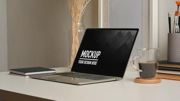 Vue rapprochée de l'espace de travail avec maquette d'ordinateur portable au bureau à domicile