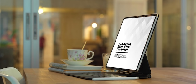 Vue rapprochée de l'espace de travail avec maquette d'ordinateur portable dans la salle de bureau à domicile