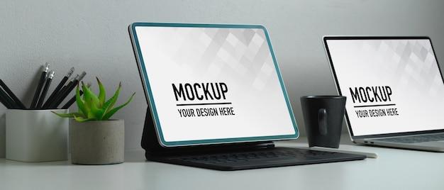 Vue rapprochée de l'espace de travail avec maquette d'ordinateur portable