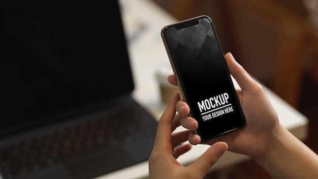 Vue rapprochée de la femme à l'aide de la maquette du smartphone