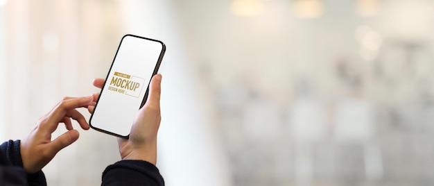Vue rapprochée de la main féminine touchant le smartphone
