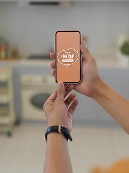 Vue rapprochée des mains tenant le smartphone maquette
