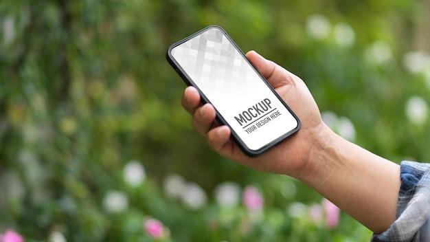 Vue Rapprochée De La Maquette De Smartphone Holding Male PSD Premium