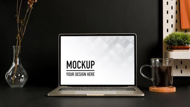 Vue rapprochée de la salle de bureau à domicile avec maquette d'ordinateur portable et décorations sur la table
