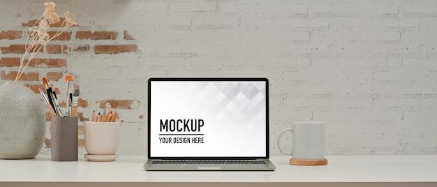 Vue rapprochée de la salle de bureau à domicile avec maquette d'ordinateur portable