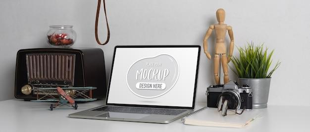 Vue rapprochée de la table de travail contemporaine avec ordinateur portable maquette d'ordinateur portable
