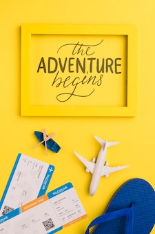 A aventura começa, letras no quadro com cartão de embarque, flip flop, avião e canoa