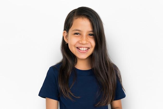 A criança alegre tem o conceito de sorriso do divertimento