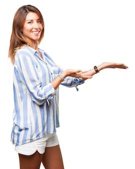 A mulher de sorriso com as mãos abertas