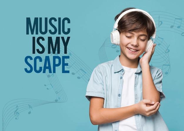 A música é minha fuga jovem garoto bonito mock-up
