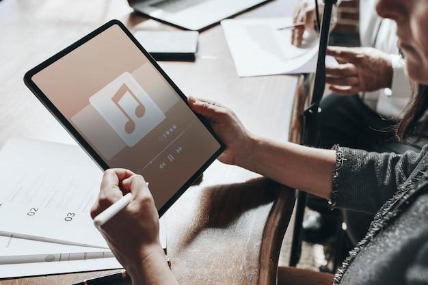 A música está tocando em uma maquete de tablet