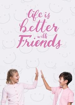 A vida é melhor com os amigos menino e menina mock-up
