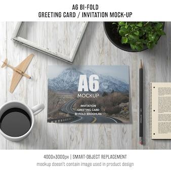 A6 bi-fold modelo de cartão com café e planta