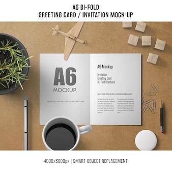 A6 bi-fold modelo de cartão com café