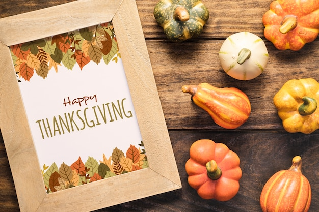Abóboras de outono bonitos com mock-up de ação de graças feliz