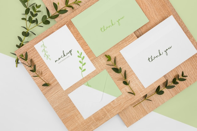 Acima, folhas de papelaria e madeira