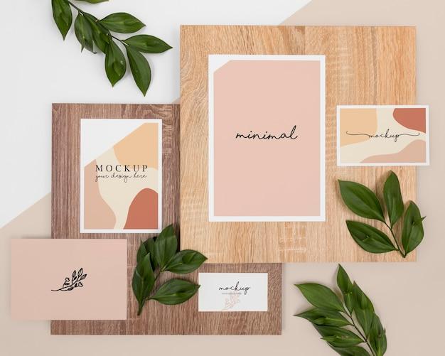 Acima, papel de carta com folhas e madeira