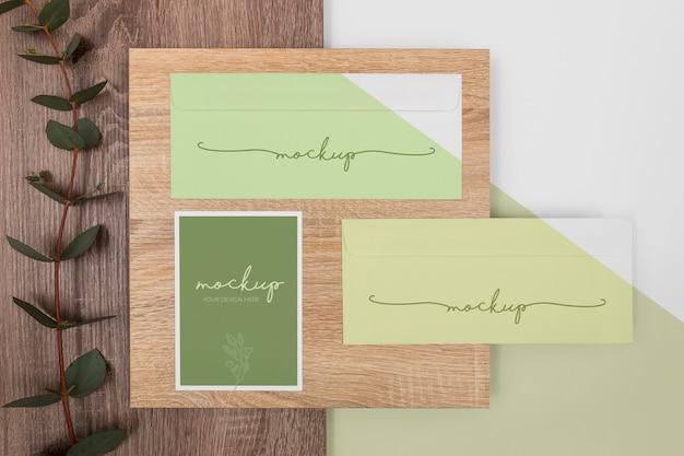 Acima, papel de carta e arranjo de madeira