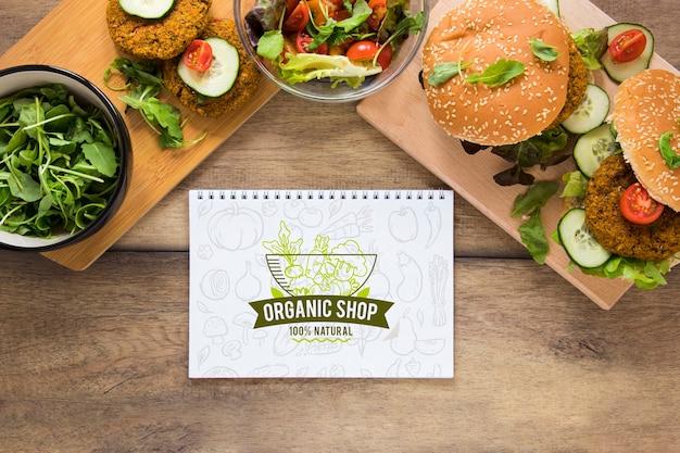 Acima vista arranjo com hambúrgueres e notebook