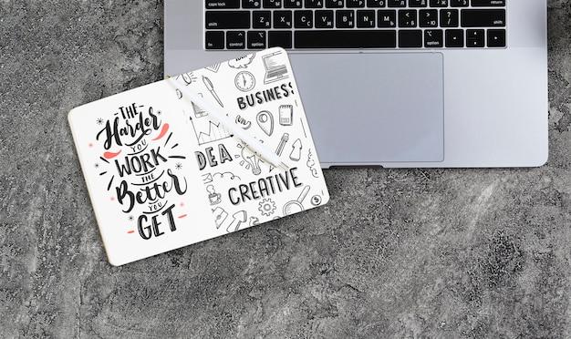 Acima vista arranjo com notebook e laptop