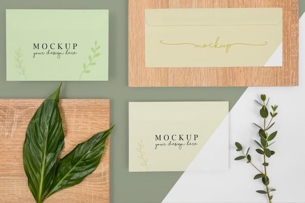 Acima vista folhas de papelaria e peça de madeira
