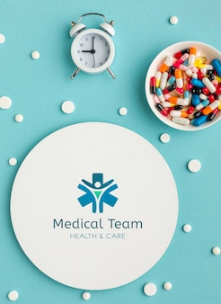 Acima vista pílulas e relógio arranjo