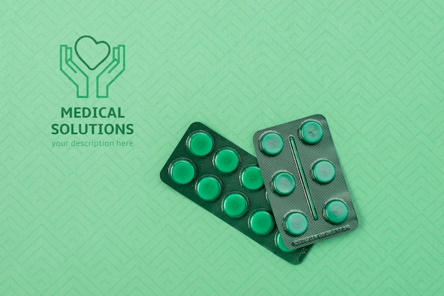 Acima vista pílulas sobre fundo verde