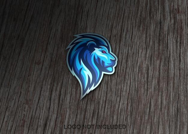 Adesivo de leão na superfície de madeira