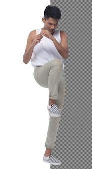 Adolescente de comprimento total 15s 20s rapaz asiático usa vestido colete e tênis de calça jeans, isolado. homem magro e saudável fazendo exercícios e kick boxing, cabelo preto curto, fundo branco de estúdio