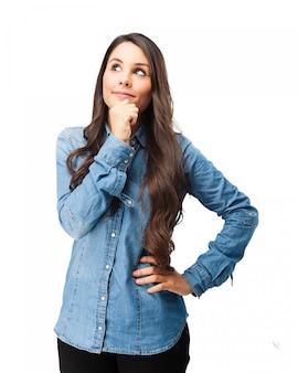 Adolescente pensativo com camisa de brim