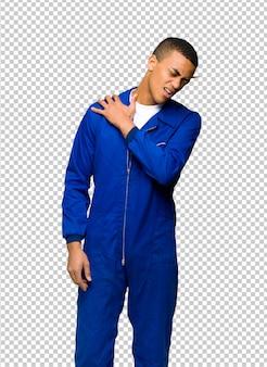 Afro americano jovem trabalhador sofre de dor no ombro por ter feito um esforço
