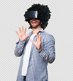 Afro homem usando óculos de realidade virtual