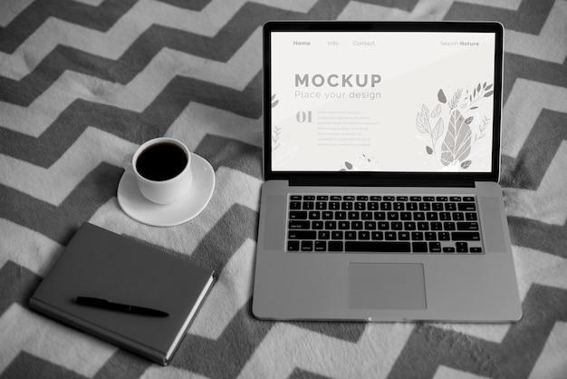 Agenda e caneta ao lado do laptop