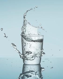 Água espirrando do vidro