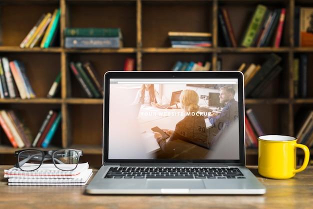 Ainda vida com maquete de laptop