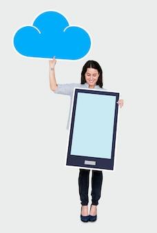 Alegre mulher segurando um ícone de armazenamento de nuvem on-line