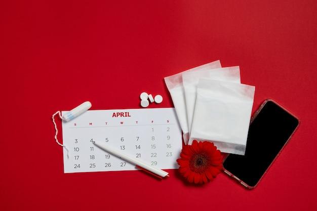 Almofadas menstruais e flor vermelha