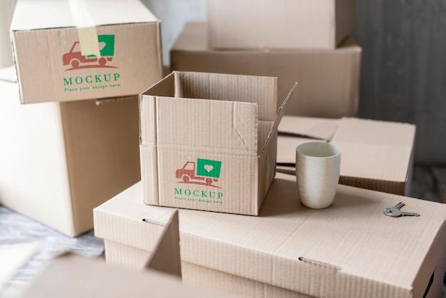 Alta vista de caixas de mudança de casa e xícara de café