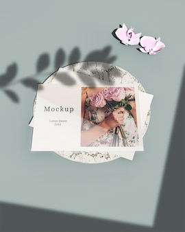 Alto ângulo de cartão com sombra de flores e folhas