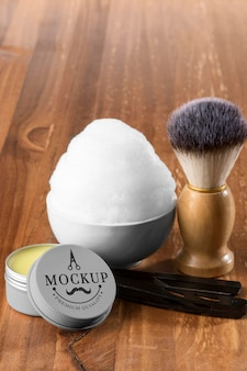 Alto ângulo de itens de barbearia com espuma e escova
