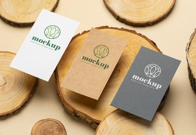 Alto ângulo de papelaria de papel com madeira Psd Premium