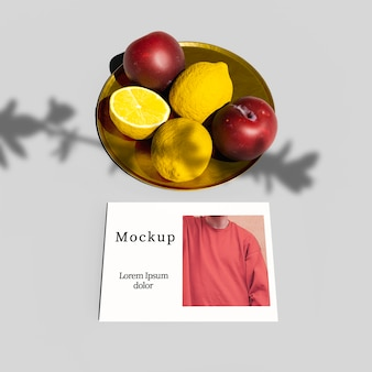 Alto ângulo de prato com frutas e cartão