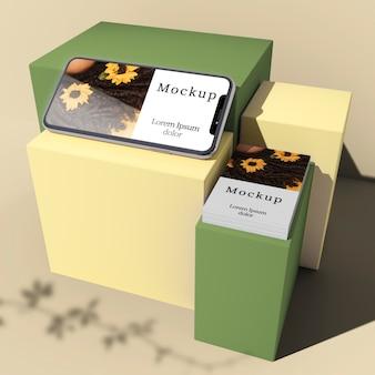 Alto ângulo de smartphone e cartão em caixas com sombra