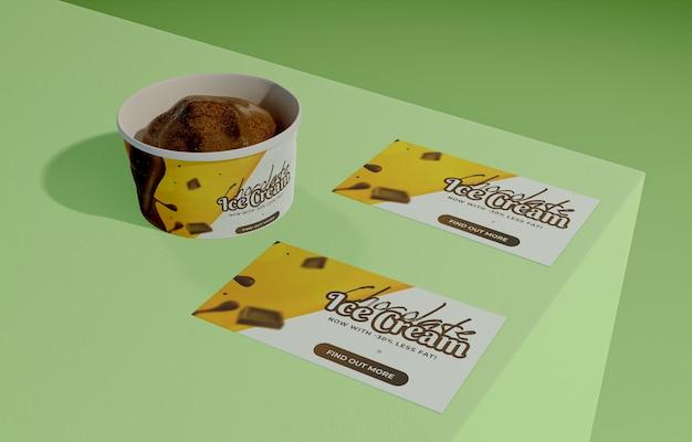 Alto ângulo de sorvete de chocolate saboroso no recipiente