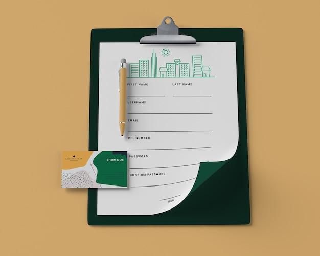 Alto ângulo do bloco de notas com papel e cartão